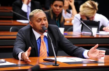 Tiririca renuncia ao cargo de deputado e diz: 'Estou envergonhado'