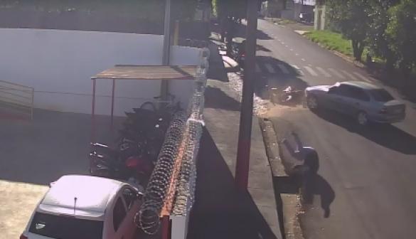 Acidente entre carro e moto deixa uma pessoa ferida em Osvaldo Cruz